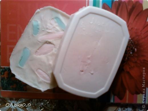 Мы с сестрой решили попробовать сварить мыло. Но мы дабавили много молока и совсем чуть-чуть эфирных и косметичских масел! Поэтому мыло пахнет смесью молока с мылом! Мыло цвета молока, но на фото они жёлтой(на одних) и розовое(на других). Но первый блин комом! Надеюсь, второй опыт будет удачлевее!=) фото 2