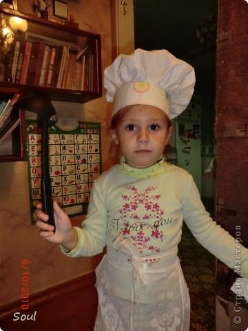 """Всем здравствуйте! Моя лапушка захотела однажды приготовить салат (первый!!!). Ну как тут не придумать было специальные атрибуты... Подходящий фартучек у меня уже был (из тюли), а вот поварешку нужно было сделать очень быстро, дабы не пропало желание делать салат. Пришла в голову идея использовать детские впитывающие пеленки, они лучше, чем ткань, форму держат (остались запасы Родины). Думаю по фото видно, ободочек уплотнен картоном. Теперь, каждый раз, собираясь что-то приготовить маме и папе, дочка одевает свою любимую """"спецодежду"""". фото 1"""