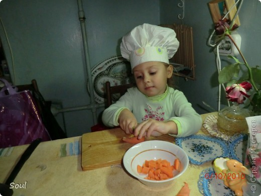 """Всем здравствуйте! Моя лапушка захотела однажды приготовить салат (первый!!!). Ну как тут не придумать было специальные атрибуты... Подходящий фартучек у меня уже был (из тюли), а вот поварешку нужно было сделать очень быстро, дабы не пропало желание делать салат. Пришла в голову идея использовать детские впитывающие пеленки, они лучше, чем ткань, форму держат (остались запасы Родины). Думаю по фото видно, ободочек уплотнен картоном. Теперь, каждый раз, собираясь что-то приготовить маме и папе, дочка одевает свою любимую """"спецодежду"""". фото 2"""