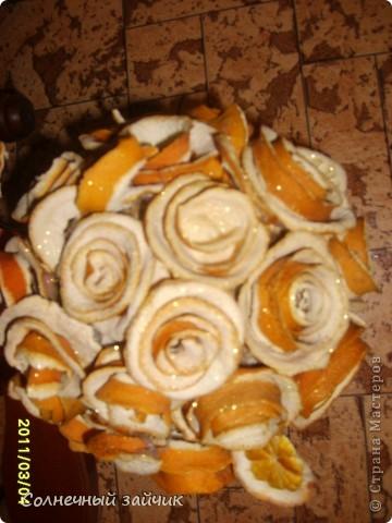 Любите ли вы апельсины также как мы ? Мы их очень - очень любим. Руки сами автоматом цветочки скручивают. На батареях они быстро сушатся. Все наклеила термоклеем на шарик из папье-маше. фото 3