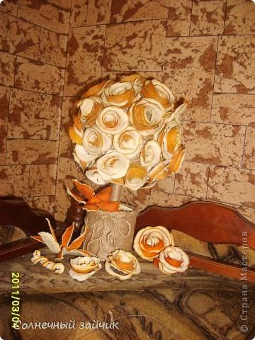 Любите ли вы апельсины также как мы ? Мы их очень - очень любим. Руки сами автоматом цветочки скручивают. На батареях они быстро сушатся. Все наклеила термоклеем на шарик из папье-маше. фото 1