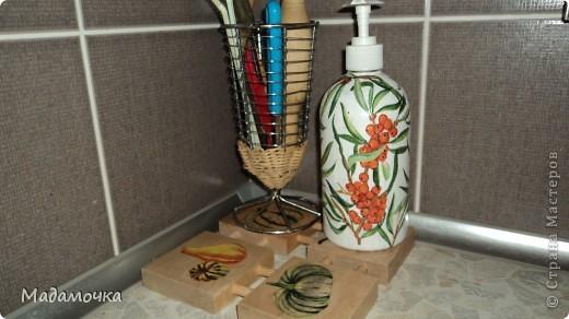 жидкое мыло и деревянная подставочка под ним фото 1