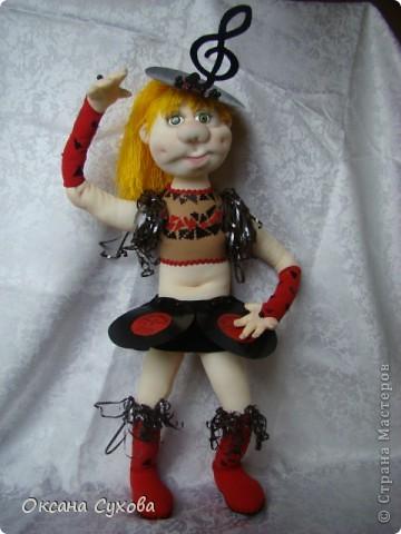 Завтра День рождения у подруги моего сына. И её мама заказала куклу в костюме, как был у её дочери в 13 летнем возрасте. Этот костюм состоял из грампластинок, ленты от кассеты.  фото 1