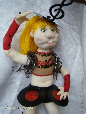 Завтра День рождения у подруги моего сына. И её мама заказала куклу в костюме, как был у её дочери в 13 летнем возрасте. Этот костюм состоял из грампластинок, ленты от кассеты.  фото 3
