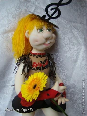 Завтра День рождения у подруги моего сына. И её мама заказала куклу в костюме, как был у её дочери в 13 летнем возрасте. Этот костюм состоял из грампластинок, ленты от кассеты.  фото 6