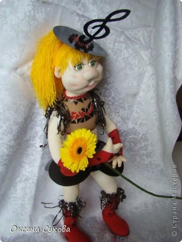 Завтра День рождения у подруги моего сына. И её мама заказала куклу в костюме, как был у её дочери в 13 летнем возрасте. Этот костюм состоял из грампластинок, ленты от кассеты.  фото 2