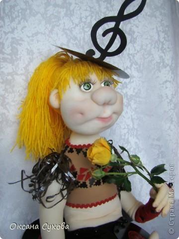 Завтра День рождения у подруги моего сына. И её мама заказала куклу в костюме, как был у её дочери в 13 летнем возрасте. Этот костюм состоял из грампластинок, ленты от кассеты.  фото 7