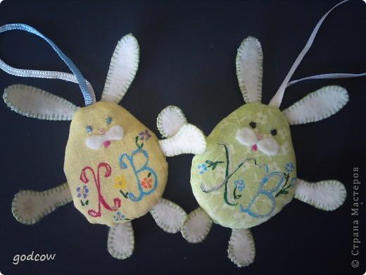Сделала таких зайчат для подарков. Внутри картоновый шаблон обернутый ватином для мягкости зайчонка. Щечки вырезаны их флиса и приклеены, глазки, носик и ротик вышиты нитками мулине..... фото 3
