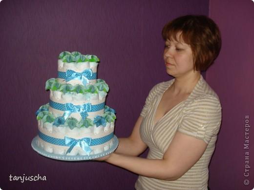 Это мой первый торт из памперсов. Моя подруга попросила меня сделать подарок для новорожденного. Срок один день. Хорошо что цветочки были сделаны заранее.  фото 2
