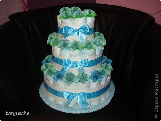 Это мой первый торт из памперсов. Моя подруга попросила меня сделать подарок для новорожденного. Срок один день. Хорошо что цветочки были сделаны заранее.  фото 1