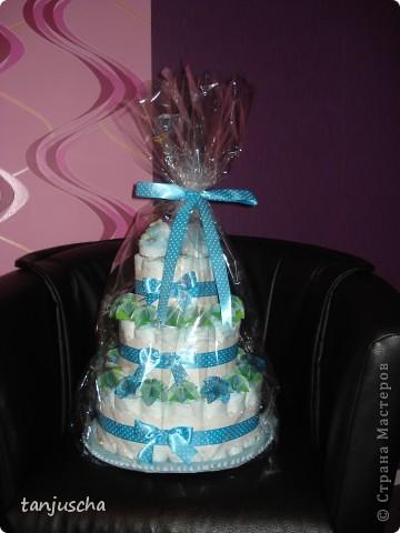Это мой первый торт из памперсов. Моя подруга попросила меня сделать подарок для новорожденного. Срок один день. Хорошо что цветочки были сделаны заранее.  фото 5