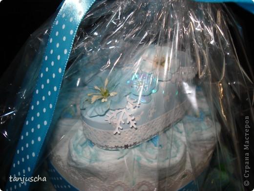 Это мой первый торт из памперсов. Моя подруга попросила меня сделать подарок для новорожденного. Срок один день. Хорошо что цветочки были сделаны заранее.  фото 4
