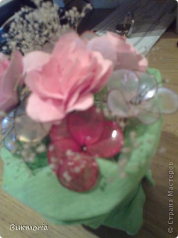 В эту экибану входят цветы из лака, которые я взяла здесь: http://stranamasterov.ru/node/158192 .  И сюда входит просто сухоцвет. Я взяла простой маленький стаканчик и накрыла его пищевой плёнкой, а края плёнки обмотала вокруг стакана полностью с дном. Это надо для того, что бы  втыкать цветы в стакан, а позже для фиксации гофрированой бумаги булавками к стакану. Обвёрточную бумагу  можна сделать более интересной(пышной) собрав в некоторых местах складки, сделаные степлером. фото 5