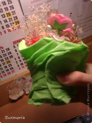 В эту экибану входят цветы из лака, которые я взяла здесь: http://stranamasterov.ru/node/158192 .  И сюда входит просто сухоцвет. Я взяла простой маленький стаканчик и накрыла его пищевой плёнкой, а края плёнки обмотала вокруг стакана полностью с дном. Это надо для того, что бы  втыкать цветы в стакан, а позже для фиксации гофрированой бумаги булавками к стакану. Обвёрточную бумагу  можна сделать более интересной(пышной) собрав в некоторых местах складки, сделаные степлером. фото 4