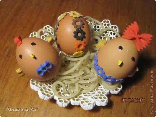 Для создания таких поделок нам с дочкой понадобились скорлупа яиц, самые разные фигурные макаронные изделия и гуашь.