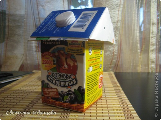 Коробка из под йогурта снизу, сверху коробка от молока, разрезанная пополам и по диагонали. Два треугольника от молочной коробки сложены одна на одну, в них прорезано отверстие, надето на коробку от йогурта и закреплено крышечкой. Держится отлично даже без клея!!! фото 1