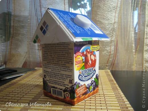 Коробка из под йогурта снизу, сверху коробка от молока, разрезанная пополам и по диагонали. Два треугольника от молочной коробки сложены одна на одну, в них прорезано отверстие, надето на коробку от йогурта и закреплено крышечкой. Держится отлично даже без клея!!! фото 2