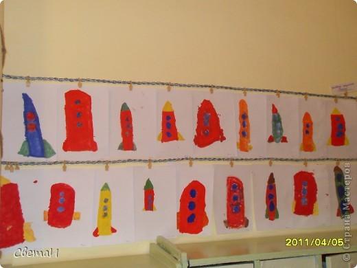 Целую неделю мы с детьми 4-5 лет и их родителями готовились к 12 апреля. Рисовали, лепили, делали поделки. Никто не остался в стороне.  Ракеты из бумаги. фото 2