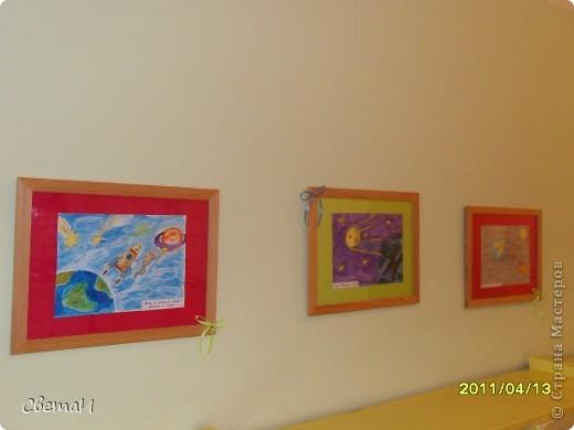 Целую неделю мы с детьми 4-5 лет и их родителями готовились к 12 апреля. Рисовали, лепили, делали поделки. Никто не остался в стороне.  Ракеты из бумаги. фото 7
