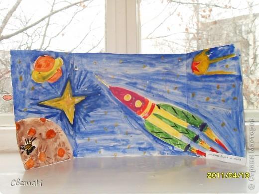 Целую неделю мы с детьми 4-5 лет и их родителями готовились к 12 апреля. Рисовали, лепили, делали поделки. Никто не остался в стороне.  Ракеты из бумаги. фото 8