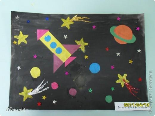 Целую неделю мы с детьми 4-5 лет и их родителями готовились к 12 апреля. Рисовали, лепили, делали поделки. Никто не остался в стороне.  Ракеты из бумаги. фото 9