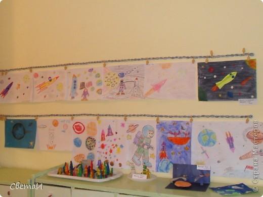 Целую неделю мы с детьми 4-5 лет и их родителями готовились к 12 апреля. Рисовали, лепили, делали поделки. Никто не остался в стороне.  Ракеты из бумаги. фото 6