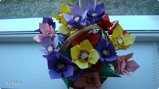 """Идея из книги Афонькиных """"Цветущий сад оригами"""".  Предлагаю сделать цветы тем, кто не боится слов """"сложить по всем намеченным линиям"""".  Делала немного по-другому, чем в книге.   фото 1"""