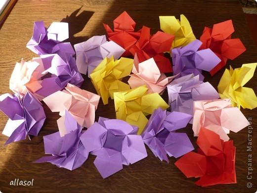 """Идея из книги Афонькиных """"Цветущий сад оригами"""".  Предлагаю сделать цветы тем, кто не боится слов """"сложить по всем намеченным линиям"""".  Делала немного по-другому, чем в книге.   фото 21"""