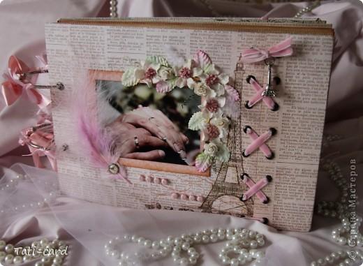 Обложка. Альбом на кольцах. Количество внутренних листов - 9. Альбом выполнен в розовых тонах, под платье невесты. Фотографию в рамке можно поменять. фото 1