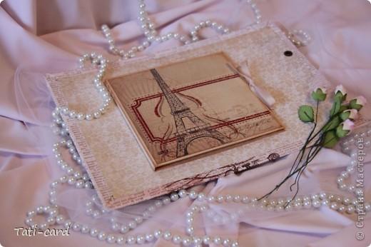 Обложка. Альбом на кольцах. Количество внутренних листов - 9. Альбом выполнен в розовых тонах, под платье невесты. Фотографию в рамке можно поменять. фото 2