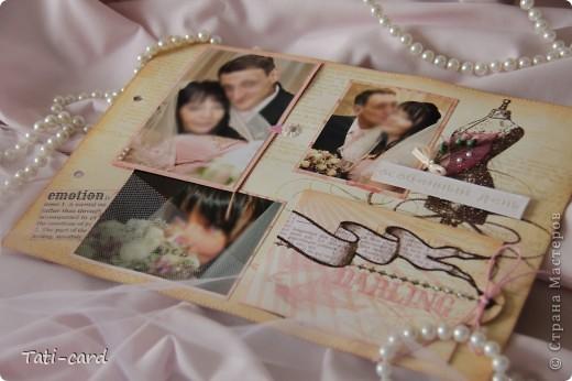 Обложка. Альбом на кольцах. Количество внутренних листов - 9. Альбом выполнен в розовых тонах, под платье невесты. Фотографию в рамке можно поменять. фото 3