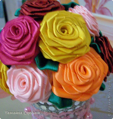 Такие розы из атласных ленточек мечтала научиться делать лет, наверное, десять; описание как их делать уже запомнила наизусть, но...увы... И вот, очередной раз села попробовать)))).... и получились!!!!!! Было это накануне 8-го Марта, поэтому сразу сделала такой подарок: фото 3