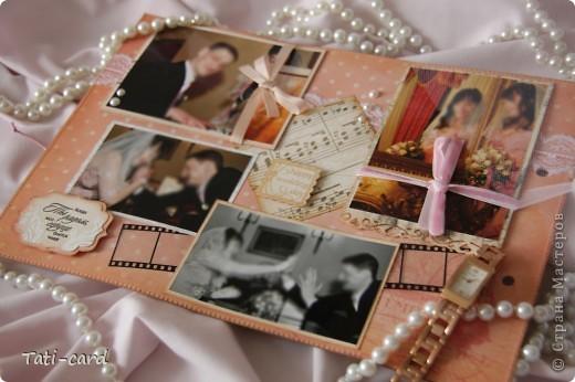 Обложка. Альбом на кольцах. Количество внутренних листов - 9. Альбом выполнен в розовых тонах, под платье невесты. Фотографию в рамке можно поменять. фото 4