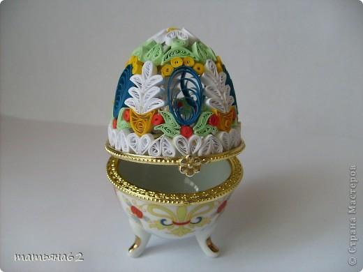 Одна моя приятельница принесла мне фарфоровое яйцо-шкатулку, с разбитой крышечкой. Она со своей 3-летней внучкой Дашей ходила в магазин, и там прямо им под ноги упало с полки это яйцо-шкатулка. Их, конечно принудили его купить, т.к. крышечка при падении разбилась. Выбрасывать она это яйцо не стала, а принесла мне, чтобы я его подо что-нибудь приспособила. Я подумала и сплела квиллинговую крышечку.  фото 1
