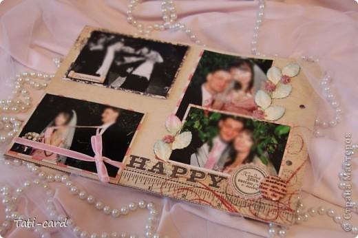 Обложка. Альбом на кольцах. Количество внутренних листов - 9. Альбом выполнен в розовых тонах, под платье невесты. Фотографию в рамке можно поменять. фото 16