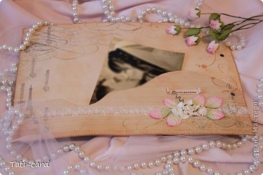 Обложка. Альбом на кольцах. Количество внутренних листов - 9. Альбом выполнен в розовых тонах, под платье невесты. Фотографию в рамке можно поменять. фото 20