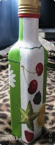 Эти бутылки-заготовки небольшого объема из-под сиропов, которые раньше выкидывались, теперь занимают важное место в шкафу. Доработала их - обезжирила, загрунтовала, наклеила салфетки, дорисовала фон акрил.красками, покрыла лаком - и теперь одна используется под подсолнечное масло, вторая - под оливковое. фото 3