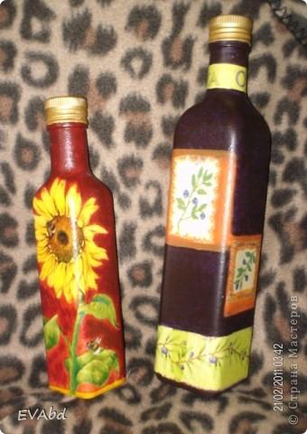 Эти бутылки-заготовки небольшого объема из-под сиропов, которые раньше выкидывались, теперь занимают важное место в шкафу. Доработала их - обезжирила, загрунтовала, наклеила салфетки, дорисовала фон акрил.красками, покрыла лаком - и теперь одна используется под подсолнечное масло, вторая - под оливковое. фото 1