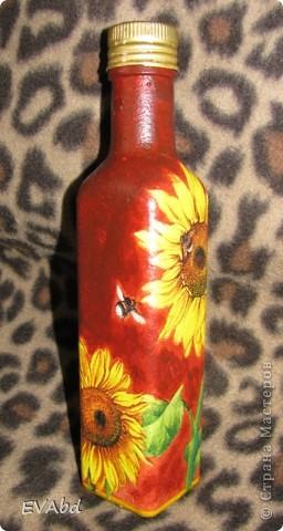 Эти бутылки-заготовки небольшого объема из-под сиропов, которые раньше выкидывались, теперь занимают важное место в шкафу. Доработала их - обезжирила, загрунтовала, наклеила салфетки, дорисовала фон акрил.красками, покрыла лаком - и теперь одна используется под подсолнечное масло, вторая - под оливковое. фото 2