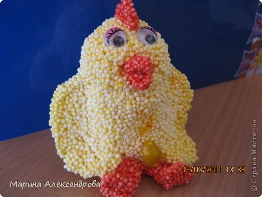 Курочка ко святому дню...работа сына 7 лет...шариковый пластилин, внутри для объема вложил яицо пластиковое от киндер-сюрприза... фото 1