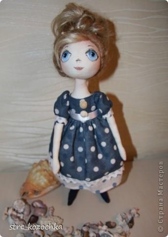 Текстильная круглоголовая интерьерная кукла. Рост 38 см. Сама стоит, сидит. Пуговично-нитяное крепление рук и ног. Бязь, кружево х/б, искусственные волосы, наполнитель синтепон, роспись акриловыми красками.