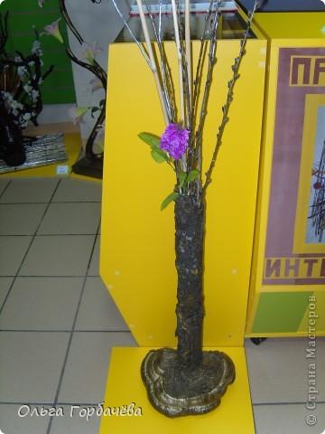 Сама ваза из тубы картонной обклеена корой с разноцветным лишайником.Подставка-основание из гриба-трутовика,частично обклеенного корой и покрытой бронзой.Кора на вазе покрыта лаком бесцветным.Тубу в основании заливала гипсом. фото 3