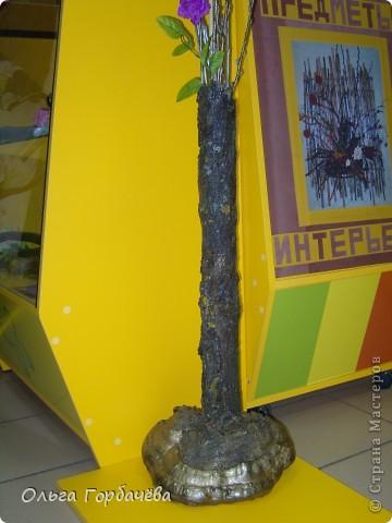 Сама ваза из тубы картонной обклеена корой с разноцветным лишайником.Подставка-основание из гриба-трутовика,частично обклеенного корой и покрытой бронзой.Кора на вазе покрыта лаком бесцветным.Тубу в основании заливала гипсом. фото 8