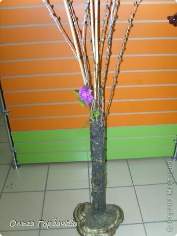 Сама ваза из тубы картонной обклеена корой с разноцветным лишайником.Подставка-основание из гриба-трутовика,частично обклеенного корой и покрытой бронзой.Кора на вазе покрыта лаком бесцветным.Тубу в основании заливала гипсом. фото 2