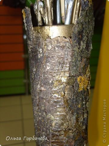 Сама ваза из тубы картонной обклеена корой с разноцветным лишайником.Подставка-основание из гриба-трутовика,частично обклеенного корой и покрытой бронзой.Кора на вазе покрыта лаком бесцветным.Тубу в основании заливала гипсом. фото 11