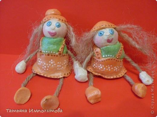 Сделать каких нибудь кукол хотелось давно,это наш дебют.И ещё хочу сказать спасибо Олечке(Захарии),её очаровашки вызывают добрую зависть,нам,правда ,далековато до  неё,но мы старались фото 1