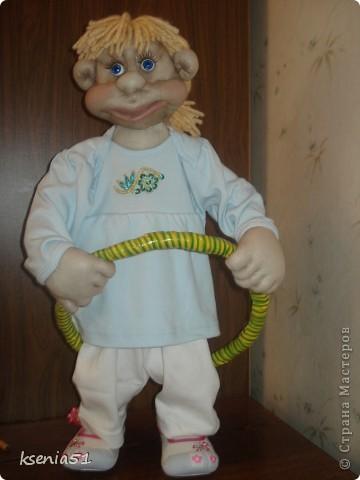 Спортсменка Юля - крутит обруч, чтобы талия была стройнее :))) фото 1