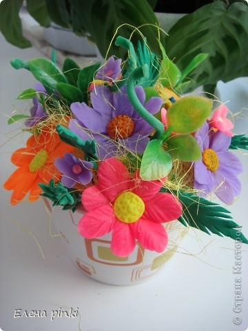 решила собрать в букетик. когда то слепленные и хорошо забытые цветочки....вот что получилось фото 1
