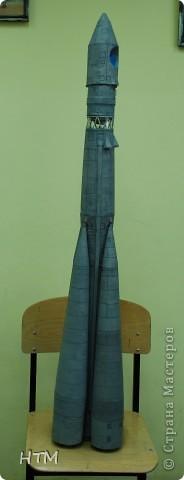 """Ко дню космонавтики ребята нашего кружка сделали ракету """"Восток"""". Именно на ней 12 апреля 1961 года совершил свой полет  Юрий Гагарин. фото 2"""