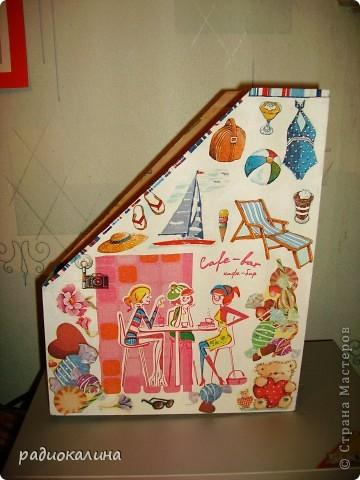 """Эта сторона журнальницы называется """"Розовые мечты о взрослой жизни"""". Сидят девчушки, болтают о своем, о девичьем, а в мечтах - принцы, яхты, южный берег моря. фото 1"""